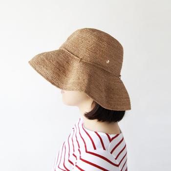 こちらは、天然素材を使用したアイテムラインナップが人気のオーストラリアンブランド「ヘレンカミンスキー」の帽子。  軽いラフィア素材を使った帽子で、コーデを問わず使いやすいアイテムとなっています。 また、ラフィアは軽いだけでなく丈夫な素材のためちょっとのことではへたれにくい耐久性も◎  つばも広めにデザインされているため、かぶるだけで顔を紫外線から守りやすいのも大きな特長ですね。