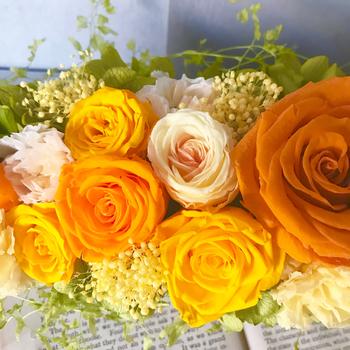 イエローは「幸福」や「希望」をイメージさせる色ですが、黄色いバラの花言葉には「友情」や「献身」というプラスの意味がある反面、「嫉妬」や 「薄れゆく愛」などマイナスの意味もあるので注意が必要です。  そこで贈るときは「尊敬」を意味する白いバラや、「信頼」「絆」を意味するオレンジのバラも数本混ぜて作るのがオススメです。華やかで豪華な花束に仕上がりますよ!