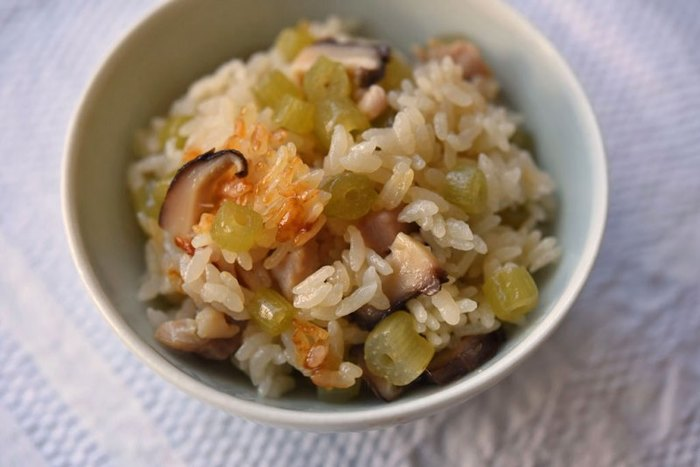 ふき、鶏肉、干し椎茸。シンプルな材料で楽しめる、山菜初心者にもおすすめのレシピ。椎茸の戻し汁や鶏肉と一緒に炊き込んだご飯は旨味たっぷり。食べやすいながらも山菜の春らしさを楽しめますよ。