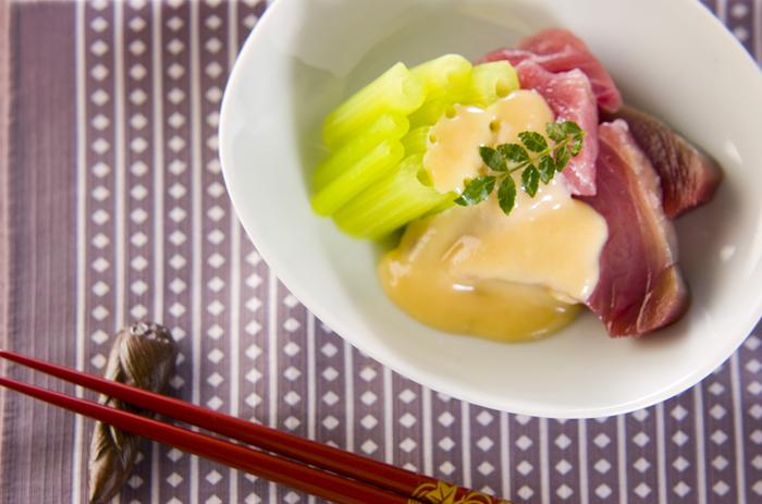 フキとカツオ、旬の食材を組み合わせて。ふきを茹でれば、あとは調味料を混ぜ合わせて「ぬた」を作るだけと簡単です。仕上げに木の芽を添えれば、あっという間にお酒にも合う立派な一皿になりますよ。