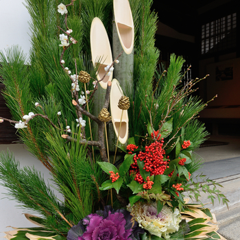 門松の緑とセンリョウの赤い実のコントラストが鮮やか。