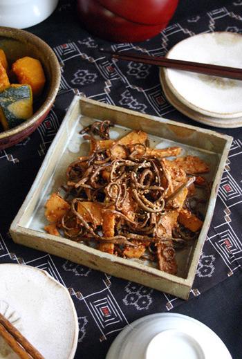 ゼンマイとたけのこ、春らしい二つの食材を使った本格派のナムル。ビビンバにもよく添えられているゼンマイは、ナムルの定番食材。ピリ辛でご飯によく合うおかずになりますよ。