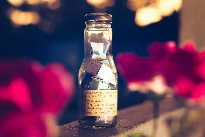 おすすめなのは、ガラス瓶に入れること!ハッピーが1つ、また1つと貯まっていくところが楽しめます。イメージとしては、貯金箱のような感じですね。