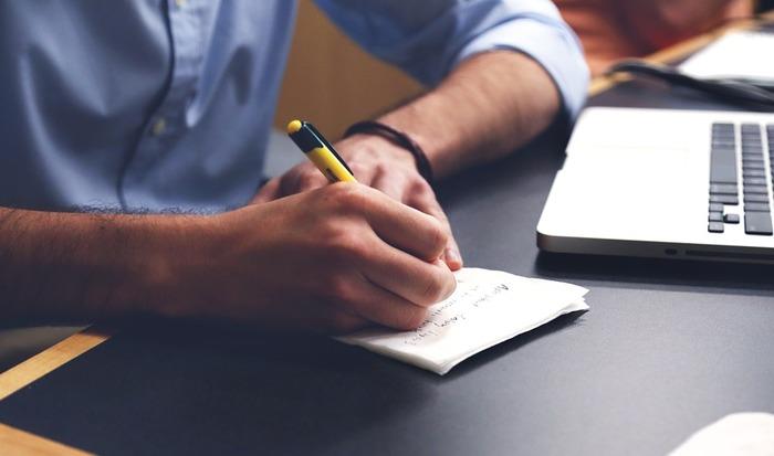 ハッピーなことと言っても、漠然としていて「何を書いたらいいのか分からない…」と悩んでしまいがちです。そんなときは、次にご紹介することを参考に、あなたのまわりにあるハッピーなことを探してみましょう!