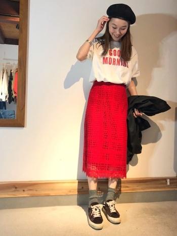 スカートの赤とTシャツのロゴの色を合わせて統一感を。Tシャツのラフさとスカートのレースや発色の綺麗さを上手にミックスしたコーデ。