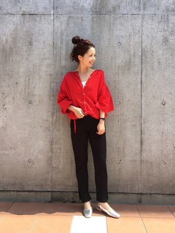 自然体で着られる赤いブラウスには黒のパンツを合わせて。足元にシルバーをもってくると軽やかさと抜け感もプラスできます!