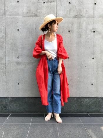 いつものコーデにプラスする羽織には赤いガウンを合わせて。街や旅へ出かける際、装いに赤を取り入れるとお洒落度も写真うつりもぐっとアップしますよ。