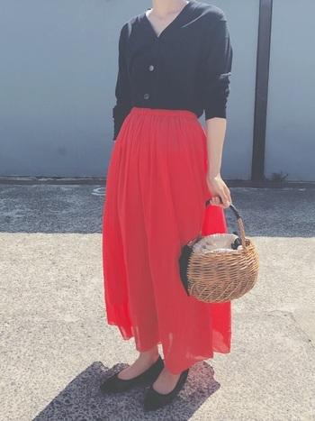 ぱきっと眩しい赤のスカートは、モノトーンコーデをワンランクおしゃれに魅せてくれます。色味を揃えることがコーデ成功のカギ。