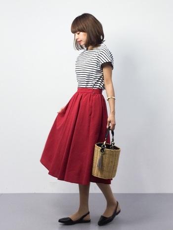 赤のフレアスカートには、お馴染みのボーダートップスを合わせて。小物を綺麗めのもので揃えればカジュアルだけど、どこかよそゆきモードに。