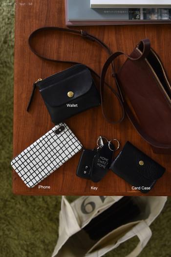小さめのショルダーバッグには、必要最低限のアイテムだけをチョイス!黒を中心にしたこだわりのアイテムなら、きれいめ・カジュアル、バッグが変わってもどんなシーンにも対応できます。
