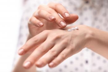 ~基本的な手の保湿ケア~  1.洗って清潔にした手に、化粧水で水分を与える。 2.次に顔で例えるなら乳液の役割となる、油分を含んだクリームを塗って水分を閉じ込める。 3.手のハンドマッサージを行いながらハンドクリームがムラにならないように全体にのばして、手の血行を良くする。