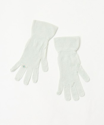 【キラキラハンドケアセット】 ハンドクリームで潤いを閉じ込めた手に、さらに100%シルクでできた肌触りの良い手袋を着用することで保湿効果がUP。寝る前にケアをして、シルクの手袋を着用すれば寝ている間にハンドケアが行えますね。