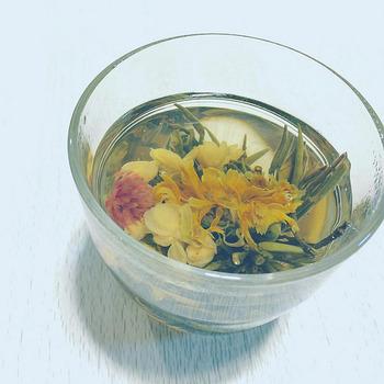 茶器も可愛いくてウットリ。お湯を注ぐと蕾が開く、お花が原料のかわいらしいお茶も♪ また中国茶はその昔、薬として処方されていたという事もあり、その原料や効能も様々です。 来賓の際にも楽しめますし、日常的な健康法としてもおすすめです!
