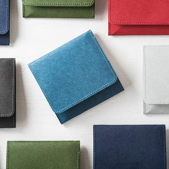 鮮やかな色が素敵なこちらのコインケースは、何と素材が和紙なんです!軽量ですが、丈夫に出来ているので安心して使えますよ。