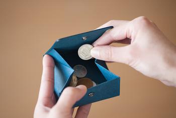 ぱかっと大きく開くのでコインも取り出しやすく機能性も抜群です。紙ならではの温かみのある手触りも楽しめます。