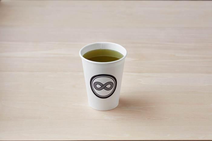 """""""現代における日本茶の新しい楽しみ方を提案する 日本茶スタンドカフェ""""をコンセプトに、厳選された煎茶やほうじ茶、玄米茶などを味わえます。"""