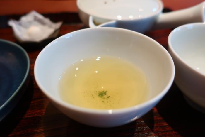 お茶にはそれぞれに違う持ち味があり、それらを引き出すのに大切なのが、淹れ方とのことから、淹れるところからご自分で、が嘉木の喫茶スタイル。好きな茶葉を選ぶと、スタッフが淹れ方を丁寧に教えてくれます。そんな風にして自分で丁寧に淹れたお茶の味わいは格別なので、普段、おうちでお茶を自分で淹れないお父さんも、お茶を淹れることにはまってしまうかも。