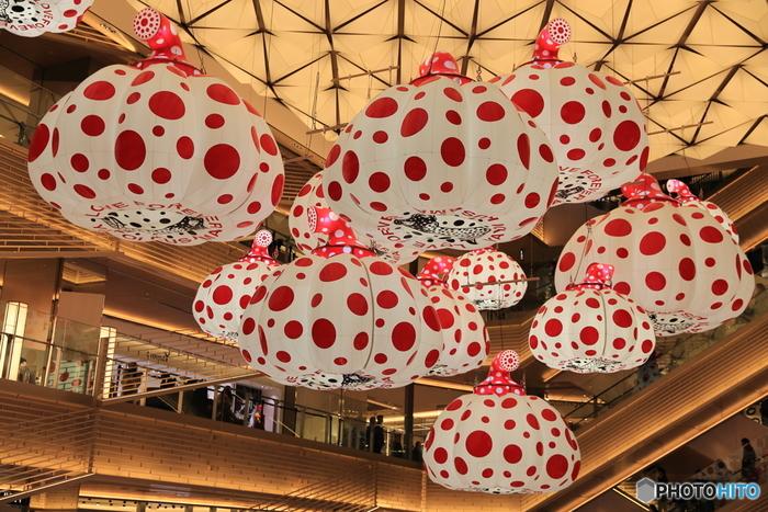 東京メトロ銀座駅より徒歩2分ほど。松坂屋銀座店の跡地、銀座中央通りにある複合商業施設「GINZA SIX」。2017年4月にグランドオープンし、未だに東京の話題ショッピングスポットとして連日、多くの人で賑わっています。