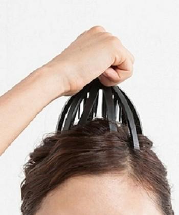 こちらは手軽に試せるスパアイテムです。頭に軽く押し当てれば、外側の突起が頭皮をマッサージして、内側の突起が頭のツボを刺激してくれます。軽く数回押す動作を繰り返すことで、美容院で行ってくれるタッピング効果が生まれます。地肌は揉みほぐされて血行もよくなり、湯船でゆったりくつろぎながら行えばリラックスできますね。