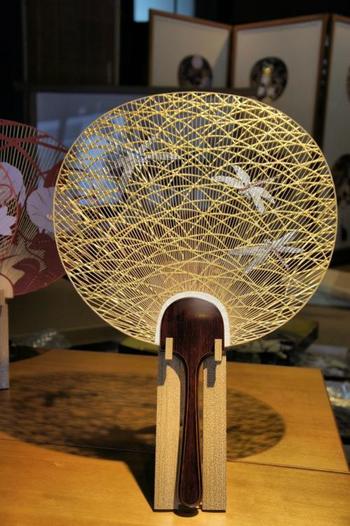 創業元禄2年(1689)、御所うちわの伝統を伝える「京うちわ」を作り続ける「阿以波」。繊細な竹細工で造られるレースのような透かしうちわは、部屋に飾っておきたくなる美しい工芸品です。初夏の京都の街歩きにも、扇いで涼める片透うちわや、扱いやすい小丸型がほしくなりそう。贈り物やお土産、自分で使うにも嬉しいお品が揃っています。