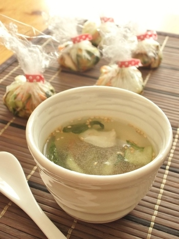 中華調味料と具材を炒めて作るスープ玉。あとからお湯で割るので最初の味付けは少し濃いめです。こちらも冷凍保存可能です。いただく際は自然解凍しておくか、少しレンジで温めてからお湯を注ぐようにしてあげましょう。