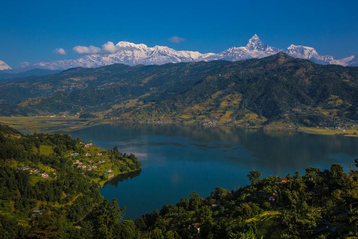 ポカラ市街の西側に位置するペワ湖は、表面積5.23キロ平方メートルの湖でネパールを代表する景勝地の一つです。