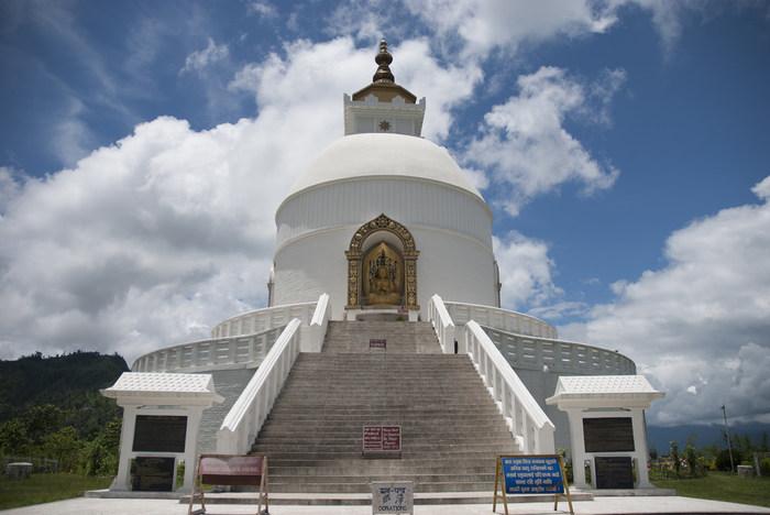 真っ白なストゥーパが印象的な、日本山妙法寺は、ペワ湖南側に位置する寺院です。