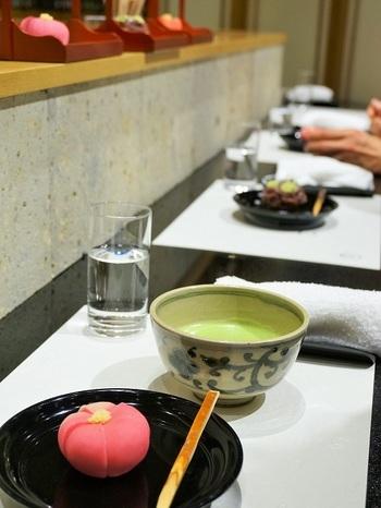 店内のカウンターでは、匠の技を持つ職人さんが作る和菓子と美味しいお茶をいただけます。