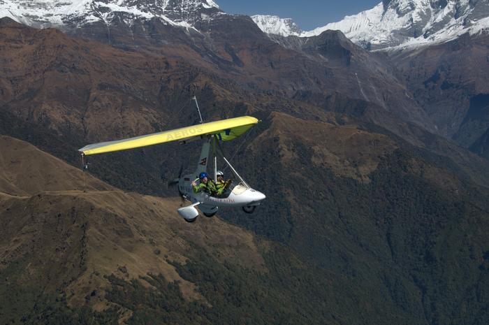 雄大なヒマラヤ山脈・アンナプルナ連峰を間近で見たいけれど、トレッキングをする体力に自信が無いという方には、電動グライダーがおすすめです。