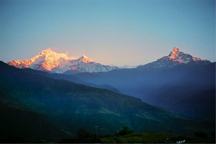 ダンプス村から望むアンナプルナ連峰の美しさは傑出しています。万年の雪山、舞い上がる雪煙、天を突く頂、素朴な農村風景が織りなす景色は神々しいほどの美しさで、思わず息をすることさえも憚られるほどです。