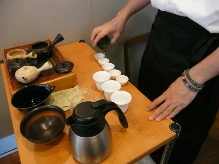 こちらのお店は、日本茶ソムリエがいることで有名で、注文をしてから日本茶ソムリエがその日その日の一杯を、丁寧に淹れてくれます。他にも店内では、お茶の淹れ方を教えてくれるはじめての日本茶講座 入門コースなども開催されているので、自分でも美味しいお茶を淹れてみたいという方はホームページをチェックしてみてください。