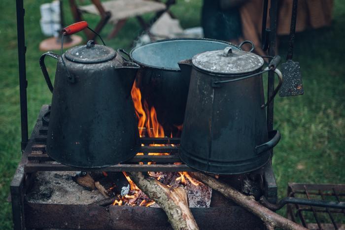 ポットや鍋についたコゲを落とすのは大変。重曹を使うことで落としやすくなります。重曹を溶かした水にしばらく漬けておいてから擦ると、コゲが取れやすくなりますよ。アルミ製のものには適さないので注意してください。