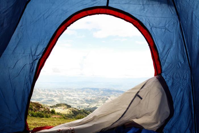 テントは一度使うと水滴や湿気がつくものです。そのまま収納袋に入れて保管すると、カビの原因となってしまいます。帰宅後は広げて干して、しっかりと湿気を飛ばしましょう。