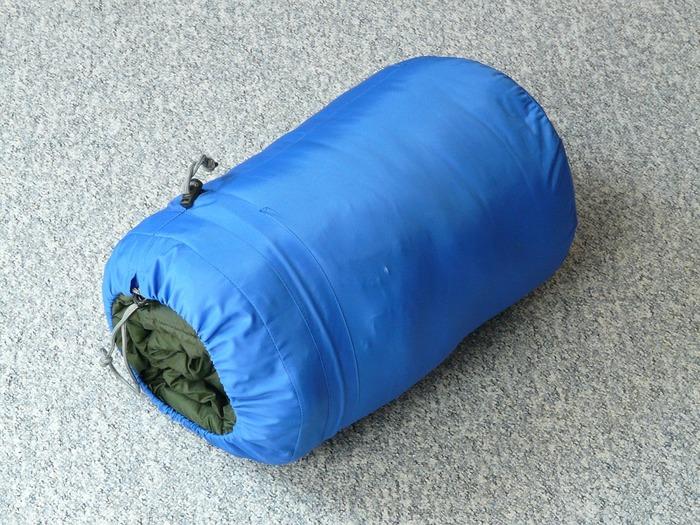 寝袋は家庭で洗うことができます。中綿がダウンの場合はダウン用洗剤を、化繊なら家庭用洗濯洗剤を使い、洗濯機で洗います。洗った後は、しっかりと乾かして。