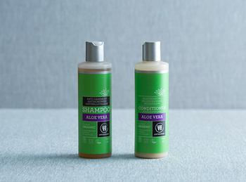 スカルプケア向けのシャンプーを選ぶと頭皮のクレンジングには最適です。ウルテクラムシャンプーは、オーガニックハーブで頭皮をいたわり整えてくれます。洗浄成分には、ヤシ油などの植物由来成分を使用しているので、低刺激で荒れがちな頭皮にもおすすめです。頭頂部や耳の後ろなども忘れず、しっかりともんで洗いましょう。