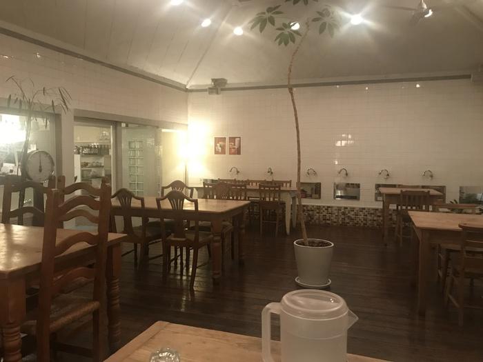白を基調としたおしゃれなカフェ…ですが、なぜか奥の壁にはズラリと並んだカラン(蛇口)と鏡が。「嵯峨野湯」は大正後期に建てられた銭湯をリノベーションしたカフェ。レトロな外観に導かれて中に入れば、番台や下駄箱、体重計にタイル壁…そこここに残された銭湯の名残と、落ち着けるカフェの雰囲気が一体となっています。