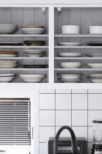 食器は種類ごとにまとめて上に積み上げないようにすれば、取り出しやすく片付けやすくなります。棚幅を狭く調整したりコの字ラックを使って、整理してみましょう。 手の届きやすい場所にはよく使う食器を置くのもポイントです。
