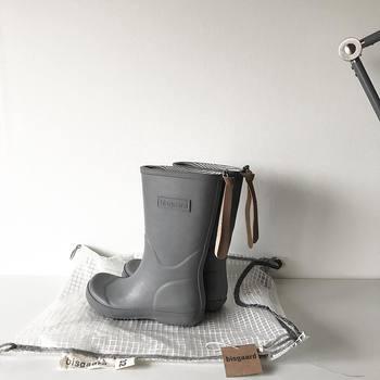 レインブーツは防水素材で出来ているので、外側を水洗いでOKです。こびりついた汚れはブラシで擦って。