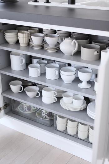 グラスやカップ類もできるだけスタッキングを少なくすれば、出し入れが片手でも簡単に。隙間があるからと、小物を置かないようにしましょう。使用頻度が低い食器やシーズンオフの食器は下段にまとめて。 みなさんのアイデアを参考に、使いやすいキッチンを目指していきましょう。