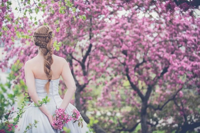 大切な友人の結婚式は、華やかにお祝いしたいもの。特にこれからの季節は、色とりどりの花々や青い空の下での祝福が続きます。そんな時は、黒いドレスよりもカラーのドレスの方が映えますよね。