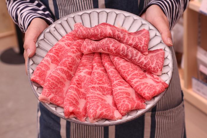 肉屋の精肉も見逃せません! ほどよい刺しと美しい赤身の逸品、肉の街神戸にてぜひご賞味あれ。