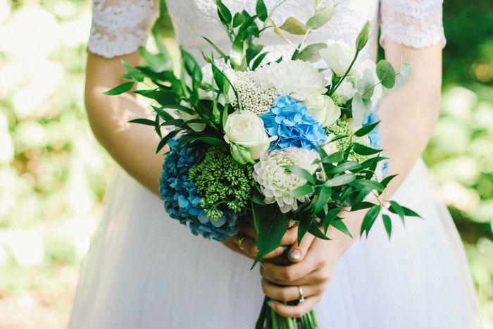 """結婚式のルールは、昔に比べると緩くなってきているとはいえ、守るべきルールはいくつかあります。まず絶対に守らなければならないのは、""""白を着ないこと""""。白は花嫁が着るドレスの色、真っ白なドレスは避けましょう。"""