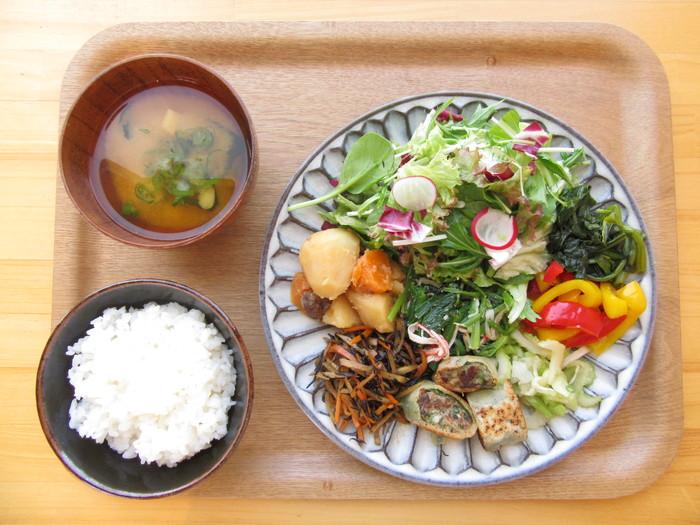食堂でいただける、地元で収穫した野菜をふんだんに使用した体にやさしい定食です。 米も味噌もすべて北神戸産で振る舞われます。 その里の旬のものを食べると、体も心も喜びますね。