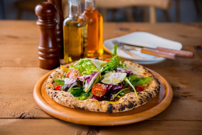イタリアンレストランのDays Kitchen(デイズキッチン)で、自慢の窯焼きピザにフレッシュな野菜が豪快にトッピングされたヘルシーなピザです。 10種類もの野菜を摂れる上に、手軽に家族や友人とシェアが出来るのも◎