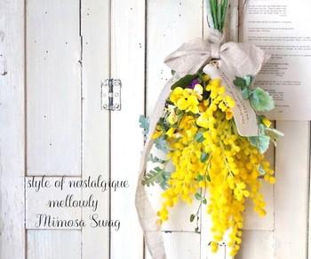 こちらはミモザとビオラのナチュラルスワッグ。お部屋に吊るすだけで華やかな印象になります。季節によってお花の種類を変えて、季節の移り変わりを感じるのも素敵です。