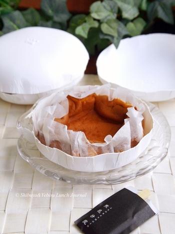 本店のある京都で丹波黒豆を食べて育った鶏の卵を使用した大人気の「然」かすてらなど、様々なオリジナルのお菓子が揃っているので、お茶の後にのんびりと地下のショップでお土産選びはいかがでしょうか。