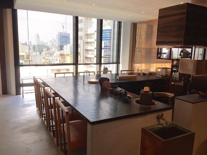 表参道駅から190mほどの距離に位置する表参道スパイラルビルの5階にある「櫻井焙茶研究所」。