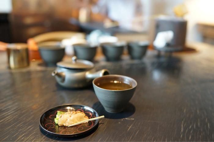 お茶の香り漂う店内でいただくお茶は格別の味わい。また、日本各地のお茶だけでなく、お客様に応じたブレンド茶も販売しており、店内で試飲することもできるのでお土産にぜひ。