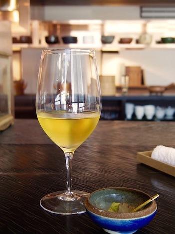あたたかいお茶だけでなく、漬物付きの水出しのびわ茶などもあり、暑い日にスッキリと癒されそう。他に夏期には「ほうじ茶かき氷」もあり、その美味しさに何度も通うお客もいるとか。