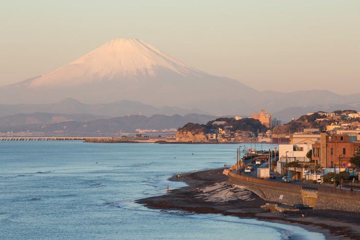 画像は稲村ヶ崎公園からの眺め。源氏山などのハイキングコース経由で歩いてきても楽しい。  鎌倉エリアでは唯一の温泉施設【稲村ヶ崎温泉】は、鎌倉から江の島へ向かう国道134号沿いにあり、晴天の日には相模湾と江の島、富士山まで見渡せます。